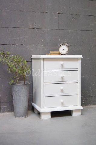 Nachtkastje 30001 - Stoer wit nachtkastje met een strakke vormgeving. Het ladenkastje staat op hoge blok poten en heeft vier lades met een ronde knop erop.