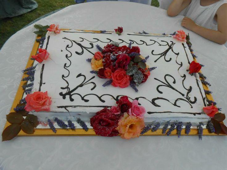 Torta Romantica decorata con i fiori al'agriturismo romantico Taverna di Bibbiano. Un Weekend Romantico a San Valentino