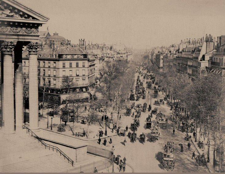 Superbe vue du boulevard de la Madeleine en direction de l'Opéra, vers 1880. Avec, sur la chaussée, presqu'autant de chevaux que d'humains... (Paris 1er/8ème/9ème)