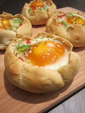 Gebakken ei in een broodje. Ingrediënten: - 4 afbakbroodjes - 4 eieren - ½ pakje kruidenroomkaas - 2 lente-uitjes - 1 paprika - Peper en zout