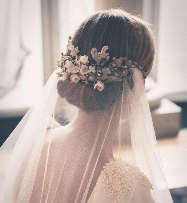 Un chignon bas romantique avec un voile de mariée - Cosmopolitan.fr