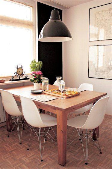 """""""Duży stół STORNÄS w kuchni oznacza, że mogę gotować, rozmawiając jednocześnie z gośćmi. Lampa FOTO i czarna ściana wprowadzają industrialny charakteru""""."""