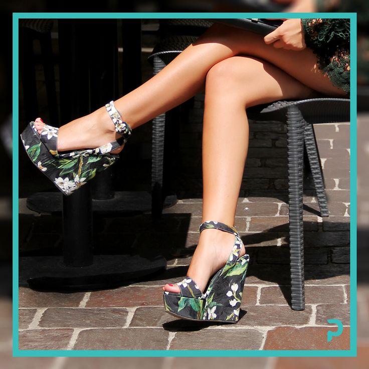 E' il momento di mostrare le #gambe! #Zeppe dalla stampa #floreale sono perfette con un #minidress in pizzo. #ChiediAPrimpy