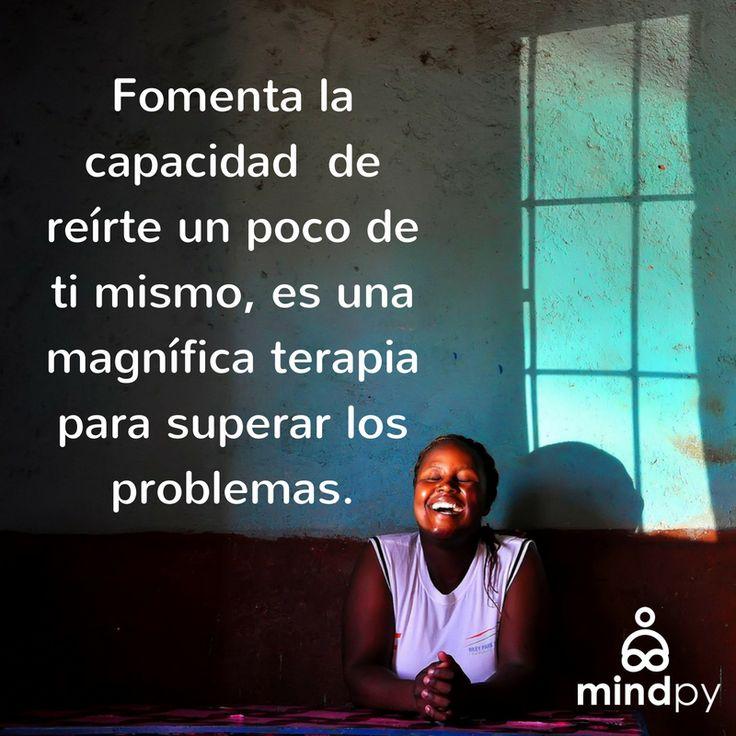 Fomenta la capacidad de reírte un poco de ti mismo, es una magnífica terapia para superar los problemas. #Psicología #Citas #frases #superarfrases