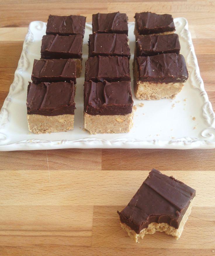 Peanut butter and chocolate graham cracker crumb bars stuffed with protein! #recipe #thegoldlininggirl