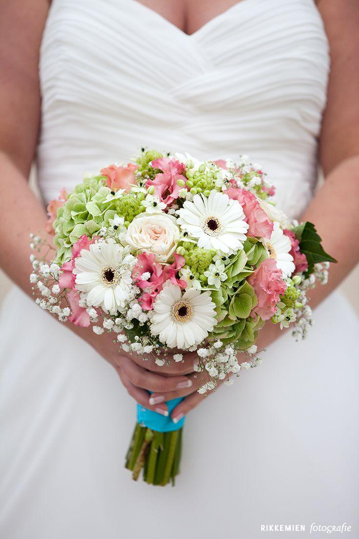 Iets te 'vintage' door het gipskruid en verschillende bloemen?  bruidsboeket, vintage, gerbera's, roze, blauw, hortensia, lint, bridal bouquet, bride's bouquet, wedding, gipskruid, flowers