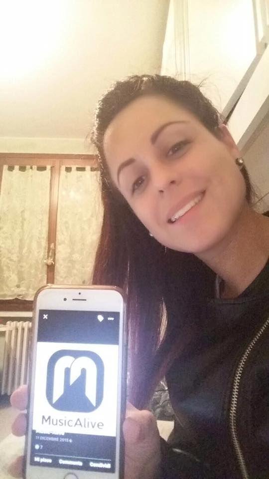 """Se supporti Francesca Pumilia commenta con """"FRANCESCA+"""" questo post!   Cresciuta a Inzago (un piccolo paese dell'hinterland milanese) ed appassionata di spettacolo fin dalla tenera età. L'amore per la musica nacque durante i primi anni di infanzia ascoltando le canzoni dello Zecchino d'Oro e le sigle dei cartoni animati.  Innamorata della voce di Cristina D'Avena desiderava per il proprio futuro una carriera artistica simile alla sua. Ha frequentato così un breve corso di canto con il…"""