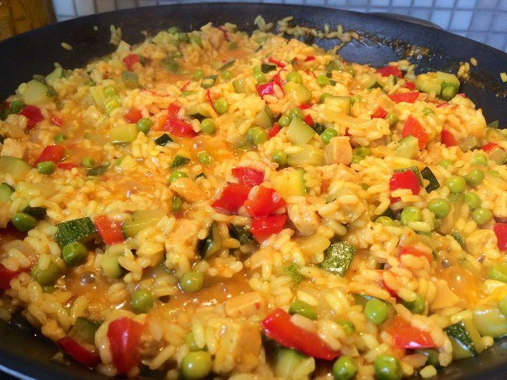 Overheerlijke vegetarische makkelijke paella met courgette. Paella is een oorspronkelijk Valenciaans en tegenwoordig typisch Spaans gerecht en bevat, afhankelijk van de regio, als hoofdingrediënten: rijst, zeevruchten als vis en schaaldieren, stukjes kip, konijn, tomatenbasis (tomato frito), garrafo (speciaal soort witte bonen uit Valencia), snijbonen en saffraan. Belangrijk onderdeel van de bereiding is dat de rijst gekookt wordt in de bouillon van de vis- en schaaldieren of kip en konijn…
