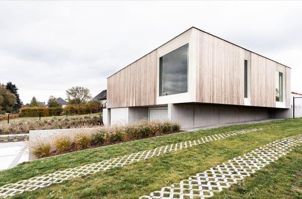 #150: casa prefabricada por la firma SKILPOD. El constructor belga Skipod realizó el proyecto #150 de UAU Collectiv. Es una casa modular de CLT, formada por tres módulos colocados sobre un sótano. Su geometría es de planta cuadrada, tiene dos dormitorios, y ha sido muy bien aislado. Tiene un extraordinario comportamiento solar pasivo, y está alimentado por placas solares. Se le considera de energía neta cero.  #CasasPrefabricadas, #Sostenibilidad, #Vídeos