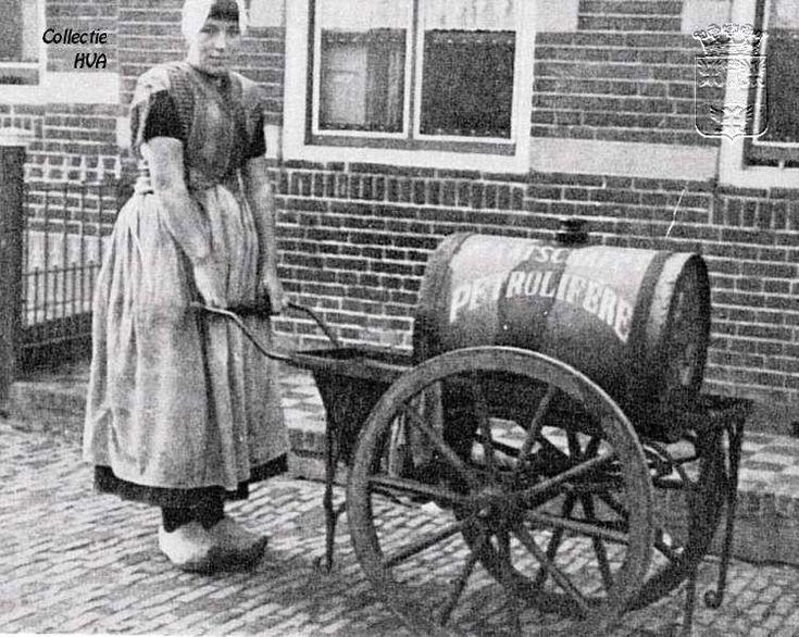Maatje Bliek met haar petroleumwagentje.