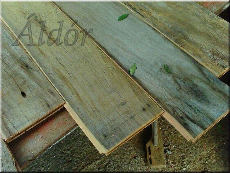bontott faanyagból készült falburkolat