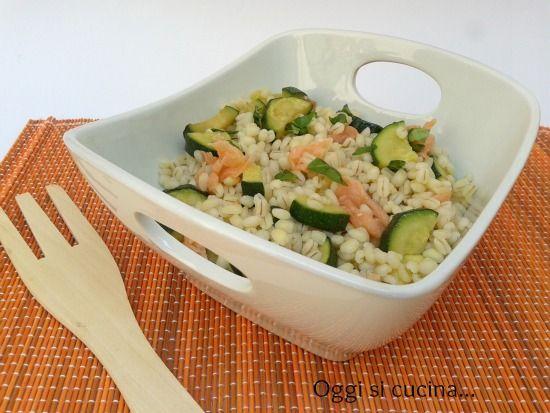 l'insalata di orzo con zucchine e salmone, una versione un po' insolita, saporita e come sempre semplice da preparare.