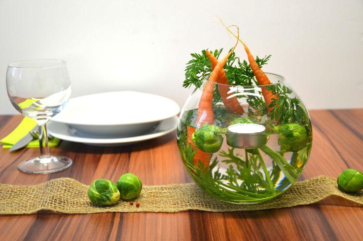 Hier eine originelle Idee, wie man mit Möhren und Rosenkohl seinen Tisch schön dekorieren kann.