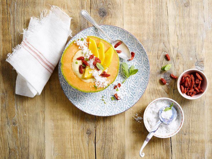 Deze smoothie bowl met meloen, mango, Alpro plantaardig alternatief voor yoghurt Natuur met Kokosnoo