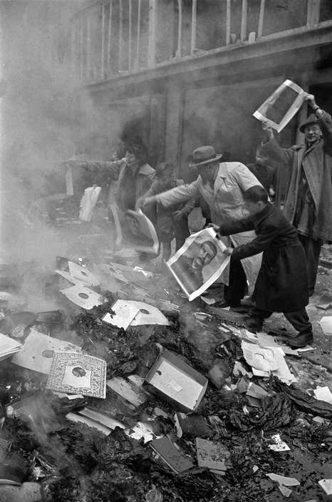 Πλήθος καίει προπαγανδιστικό υλικό και πορτρέτο του Στάλιν στη Βαρσοβία