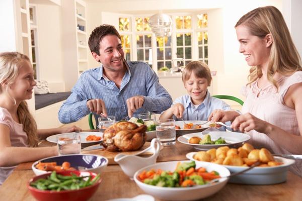 Обеденный стол — это то место, где семья не только собирается поесть, но и обсудить насущные вопросы, пообщаться, просто провести время вместе. Какая форма стола наиболее благоприятна для такого времяпровождения? Конечно, круглая или овальная. За таким столом все чувствуют себя уютно и каждый ощущает, что он равноправная часть семьи.