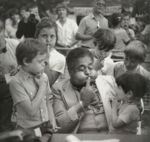 French kids imitate Dizzy Gillespie's cheeks in Nice, France; 1981 | Taken by Milt Hinton.Nice France, Imitation Dizzy, Dizzy Gillespie, Jazz, Gillespie Cheek, Milt Hinton, Photography Vintage, Kids Imitation, French Kids
