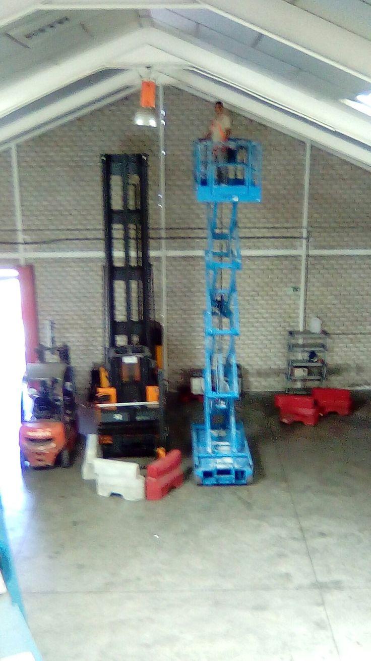 Práctica con plataforma de tijera en el curso de Plataformas Elevadoras para MOVIMIENTO POR LA PAZ en nuestras instalaciones de Getafe