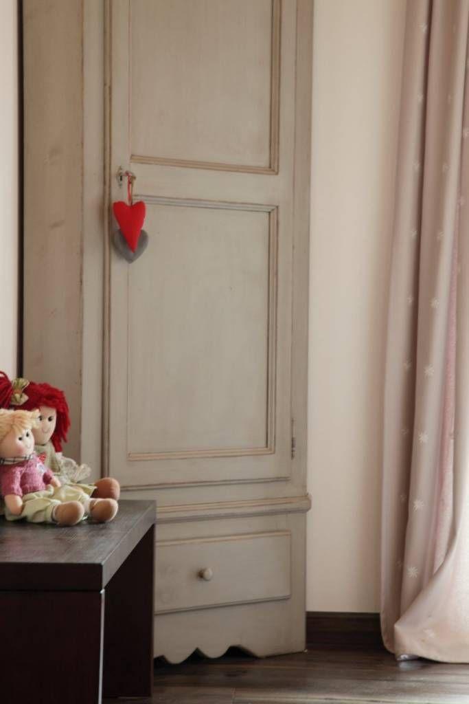 Dettagli d'arredo - il piccolo guardaroba in stile (di STUDIO PAOLA FAVRETTO SAGL - INTERIOR DESIGNER)