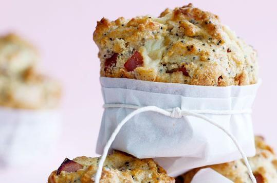 Muffins med rabarber og hvid chokolade
