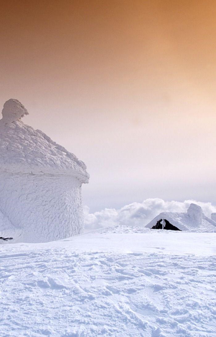 Poland, Silesia / Śnieżka 1602 m n.p.m. z kaplicą Św. Wawrzyńca i schroniskiem / Śnieżka Mountain 1602 m above sea level. Chapel of St Lawrence & mountain lodge