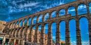 El acueducto de Segovia es un acueducto romano situado en esta misma ciudad. Fue construido a principios del siglo II d. C., a finales del reinado del emperador Trajano o principios del de Adriano. Está construido con sillares de granito asentados sin argamasa entre ellos. Su función era abastecer de agua las ciudades, por lo que se considera un edificio de función pública.