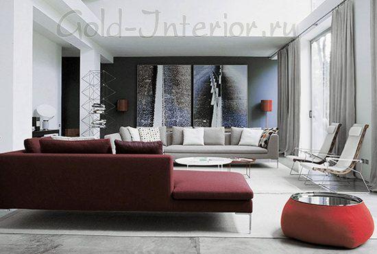 На фото бордовый диван + серебристые оттенки аксессуаров
