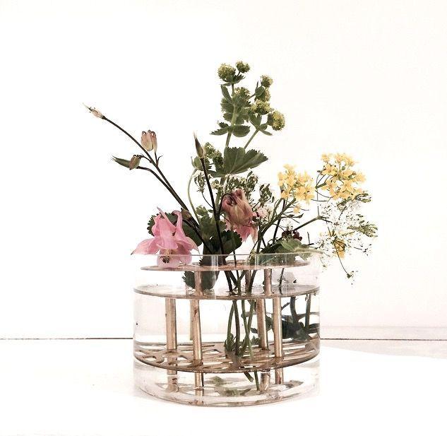 Vår favorit.Äng, vas i mässing och glas från Klong, formgiven avEva Schildt. Den sirligt utskurna mässingen fungerar som blomsterstöd. Placera ut…