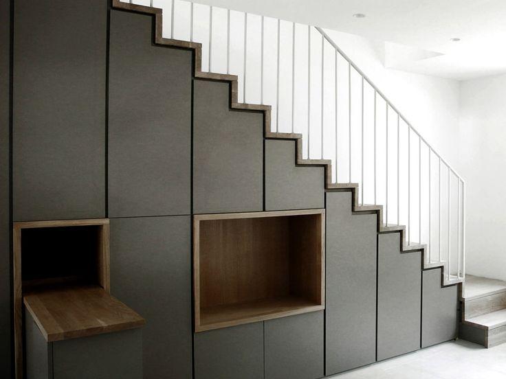 Agence d'architecture Romain Thévenot : Rénovation d'une maison de ville à Biarritz Saint-Charles. Aménagement escalier / rangements, garde corps en serrurerie, niche TV.