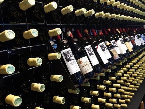 #Portabottiglie #vino dal #design moderno Esigo 2 Net con singoli display - #arredamento #Made in #Italy per #enoteca e #cantina - #Design #wine rack Esigo 2 Net with single displays for #wine shop and cellar furniture