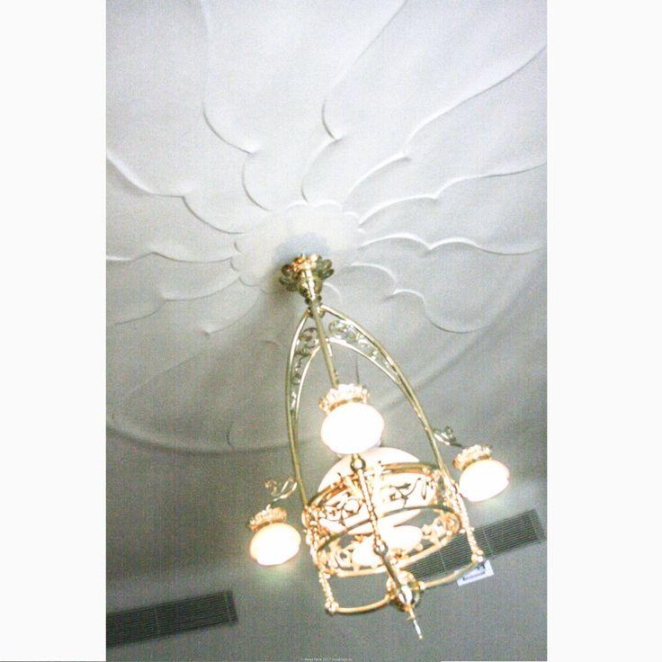 Друзья-профи, кто способен сделать такую розетку? *Квартира-музей, демонстрирующая типичный интерьер начала 20 в. в Барселоне. Дом Ла Педрера, или Дом Мила, Антонио Гауди  #барселона #испания #casamila #lapedrera #испанскийинтерьер #светэтоважно #светильник #свет #гауди #стильмодерн #модерн #интерьервстилемодерн #классическийинтерьер #классическийстиль #дизайнинтерьера #дизайнинтерьеров #интерьер #иннабюж #interiordesign