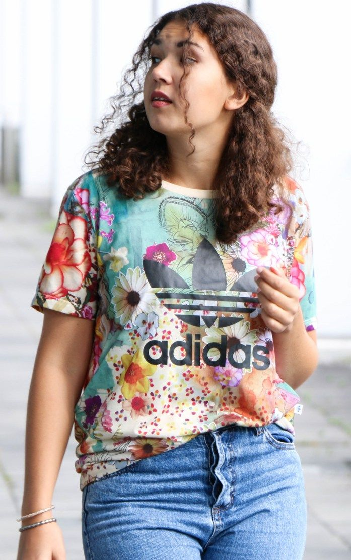 So style ich mein adidas Boyfriend Shirt mit Mom Jeans: Fashionblogger Outfit, Outfit of the day, Street Style, Casual Outfit, Adidas Shirt, Modeblogger Look, Lookbook