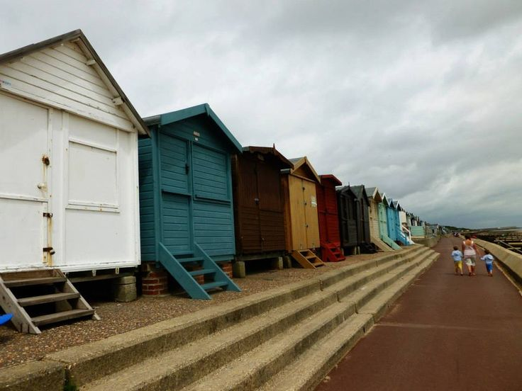 Les petites cabanes de Frinton-sur-Mer / The little huts of Frinton-on-Sea – à Frinton-on-Sea, England.