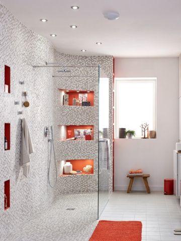 Mosaïque et niches rouges autour d'une douche