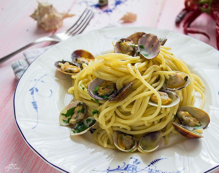 Un classico che piace sempre in qualsiasi stagione, gli spaghetti con le vongole veraci sono un primo piatto delizioso e molto semplice da realizzare.