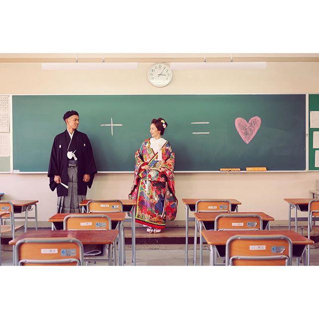 教室にやってきました! まずは #黒板 使ってあそびます  教室フォトの定番^ ^ みんなやりますよね これは #ハート  愛の方程式 なんちゃって  #母校和装前撮り #高校 #前撮り #ウエディングフォト #wedding #weddingphoto #番傘 #色打掛 #紋付 #和装 #コーデ #美容師 #母校 #渡り廊下 #教室 #学校 #japan #ラブラブ #写真好きな人と繋がりたい #カメラ女子 #定番 #ナチュラル