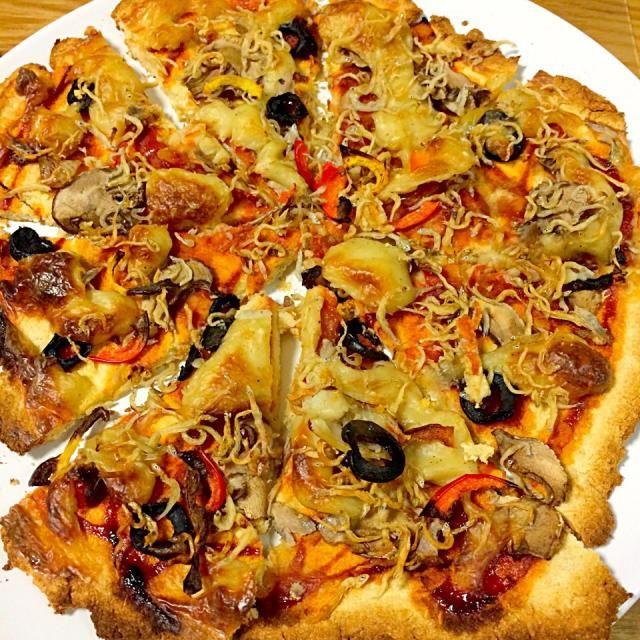 ピザ生地はおからパウダーと全粒粉。 トッピングは、しらす、黒オリーブ、マッシュルーム、パプリカ。 チーズは手作り豆乳チーズを使用(乳製品不使用)。 - 9件のもぐもぐ - マクロビおからピザ by rsm