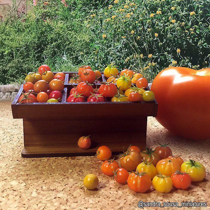 Meus tomates fimos     #miniature #art #artist #fimo #miniatureart#dollhouse #dollhouseminiatures #food #fakefood #polymerclay #miniaturefood #clay #sandra_sousa_miniatures #vegetable #tomato #tomates
