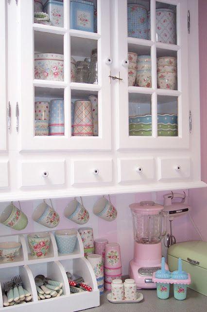 Køkken med vitrineskabe og gammel stil Lulufant: Køkken opdatering ...
