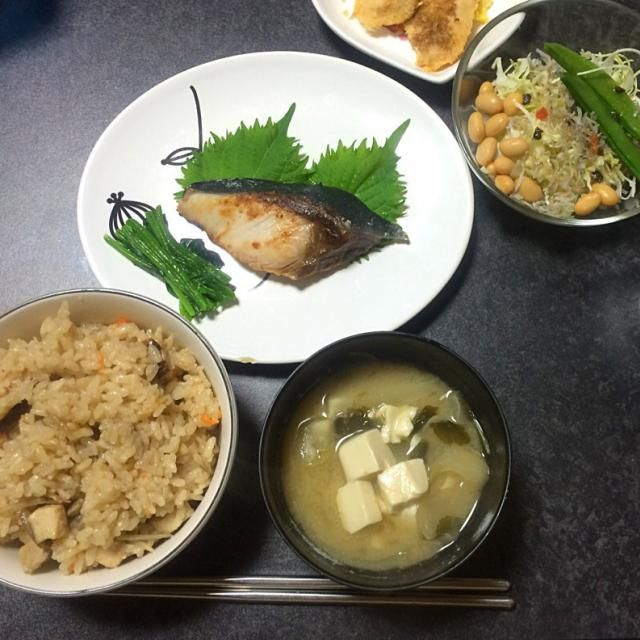 はたらきヨメは蒸し大豆が好物。サラダのトッピングやお弁当のすき間に入れてます。あ、ちなみに、お弁当が要るのはダンナくんですので、豆がお好みかどうかは(¬_¬) メニュー書こう 圧力鍋で炊いた五目ご飯 ぶりの塩焼き ほうれん草 →天然ぶりさんが超値引き 三つ葉と玉ねぎの味噌汁  →母製味噌愛用 大豆ジャコのサラダ - 9件のもぐもぐ - 和食シリーズ② by はたらくヨメ(時差ありふーふ)