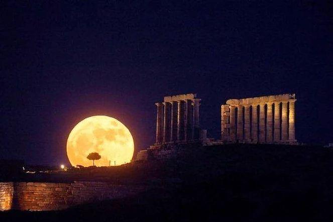 Полнолуние над храмом Посейдона, Афины, Греция.