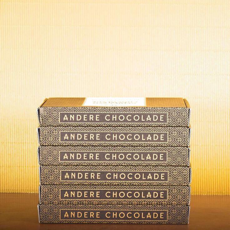 6 doosjes.. Zoveel zei ik in de nieuwsbrief nog over te hebben. Maar eigenlijk waren het er 7 inmiddels zijn het er nog maar 5..  maar de belangrijkste boodschap: de winkel is bijna leegverkocht (en gaat donderdag sowieso sluiten). Dus wil je nog een doosje @anderechocolade aanschaffen voor deze zomer? (Het is tenslotte nog prima chocoladeweer..) slag dan nu hier je slag  http://ift.tt/1UyO5m2 #chocolade #bestellen #webwinkel #uitverkoop #anderechocolade #chocoladeverzekering #chocola…