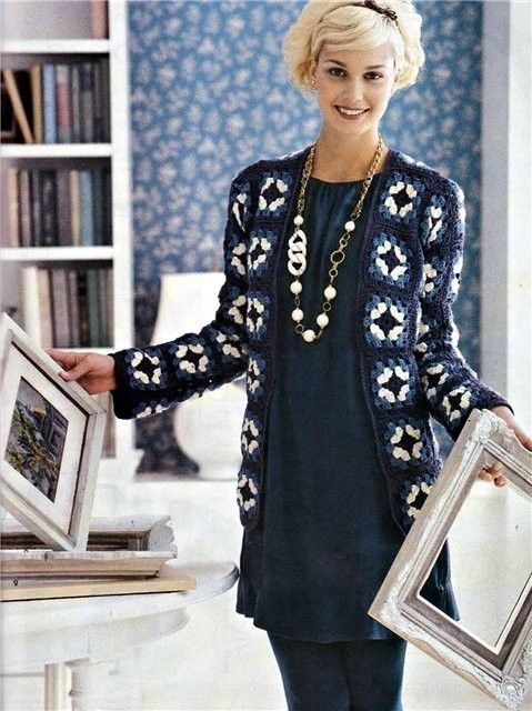 Meraviglioso cappotto all'uncinetto con i classici quadretti della nonna e con un ideale abbinamento dei colori.