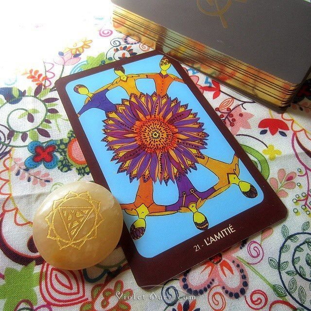 L'amite (Amity) card from the L'Oracle de Claude Alexis. / Photo © www.VioletAura.com