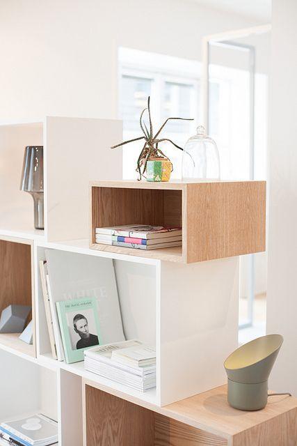Muuto in Copenhagen. Idée pour bibliothèque avec caisses de vin