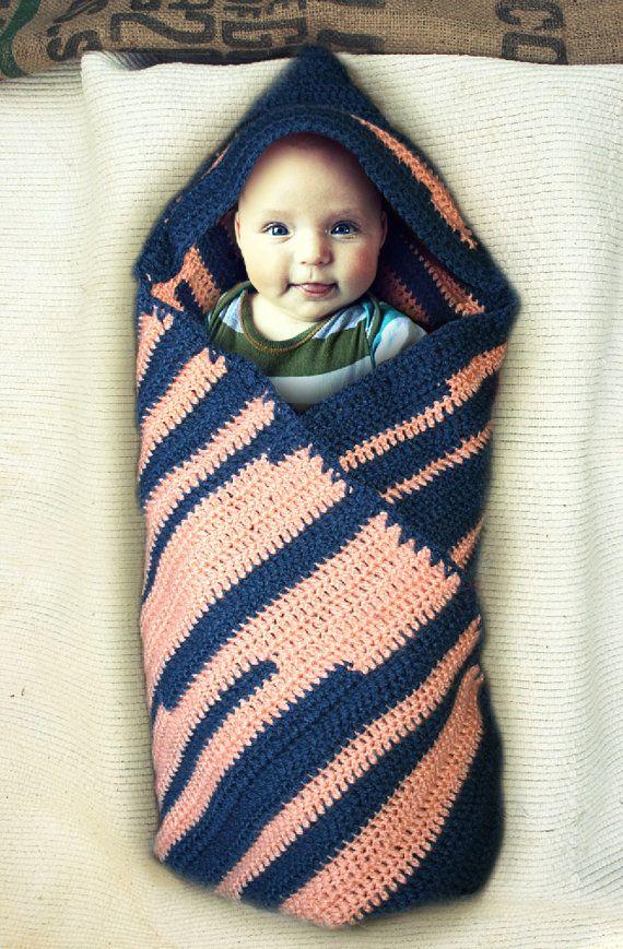 Gehaakte babydeken / omslagdoek met capuchon en streepjes