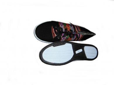 Trendy schwarze #Sneaker #Sportschuhe aus peruanischem #Mantastoff.