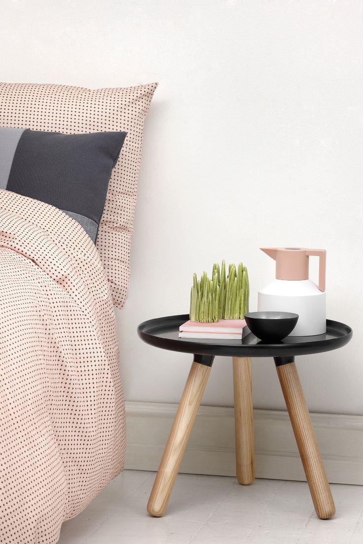 Plus-vuodevaatesetti Normann Copenhagenilta on Anne Lehmannin suunnittelema. Plus on raikas vaihtoehto perinteisille värikkäille ja kukallisille vuodevaatteille. Vuodevaatteiden printti muodostuu pienistä plus-merkistä, mikä antaa vuodevaatteille elegantin ja rauhallisen ilmeen.
