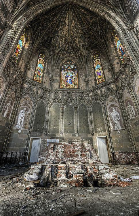 Altar de uma igreja abandonada - França, St Etienne -  Há algo de estranhamente belo sobre as ruínas dessas antigas igrejas que foram   abandonadas e esquecidas por várias razões. -