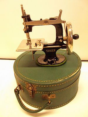 EXCELLENT VINTAGE #20 1920'S SINGER TOY CHILDS SEWING MACHINE W/ CASE & CLAMP